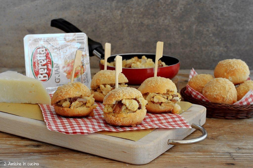 Panini al formaggio con uovo e guanciale, parmigiano e pecorini, panini alla carbonara