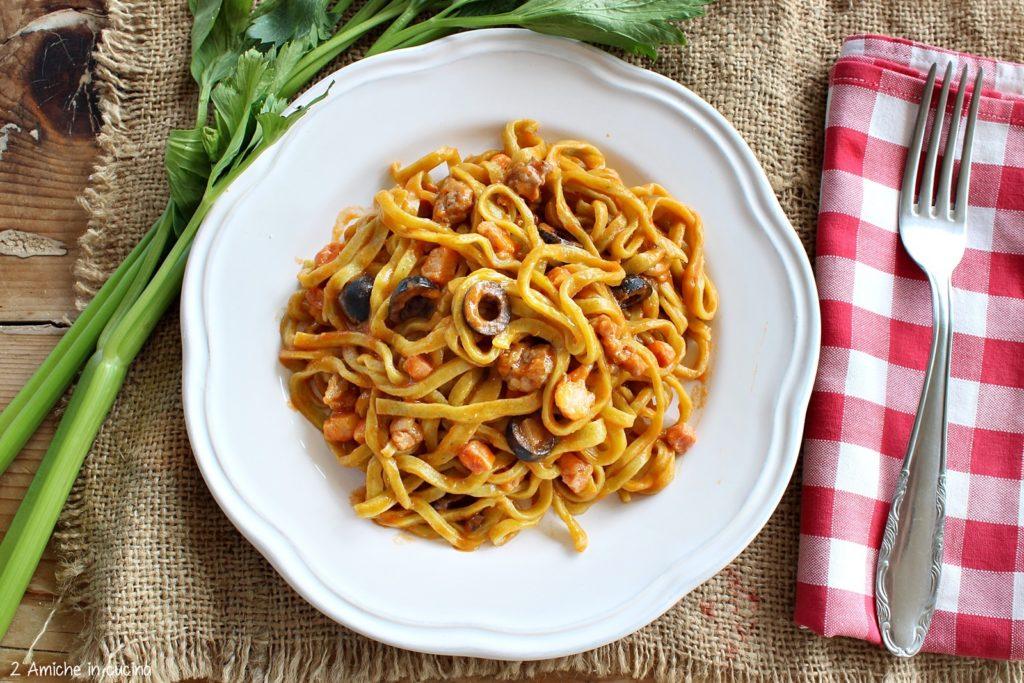 Strangozzi al sedano nero con sugo di salsiccia, pancetta e olive nere