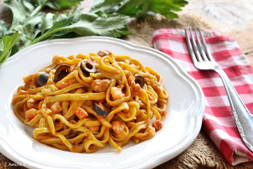 Strangozzi al sedano con salsiccia, pancetta e olive