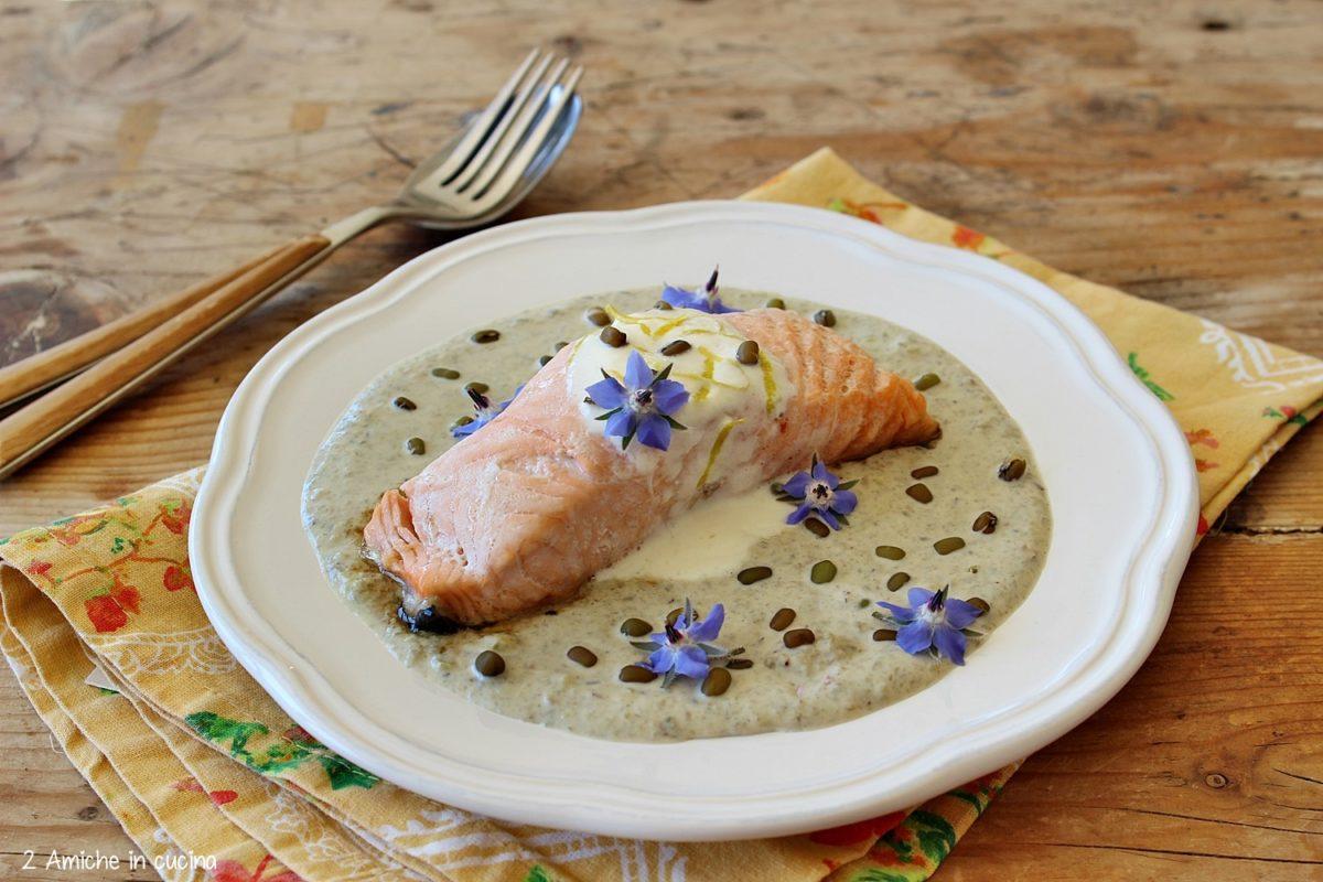 Trancio di salmone con fagioli mung e fiori di borragine