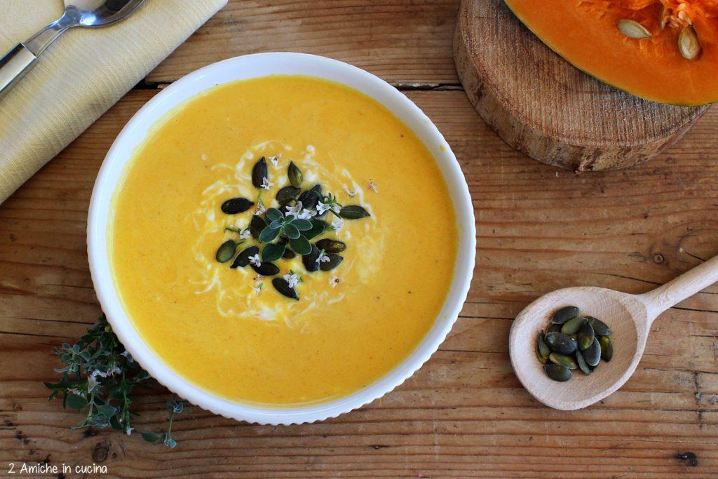 vellutata di zucca gialla alle erbe aromatiche e semi