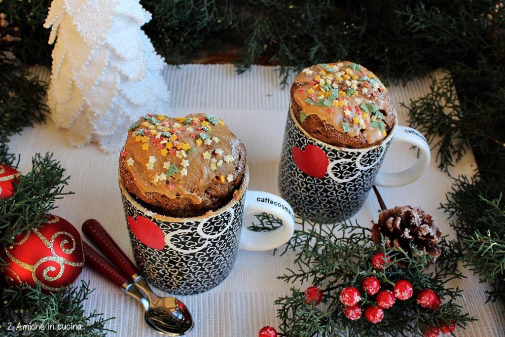 Mug cake al caffè e cannella, con crema al caramello, ricetta veloce per un dolce di Natale
