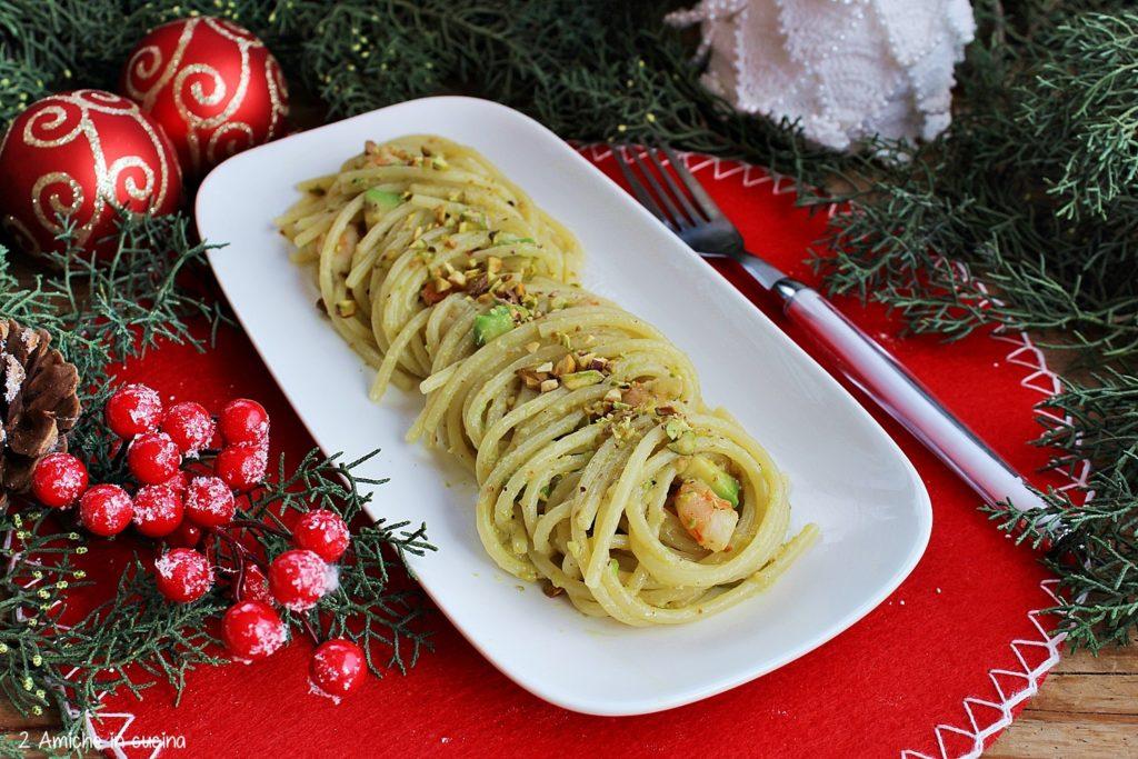 Spaghetti al pesto di pistacchio, avocado e gamberi