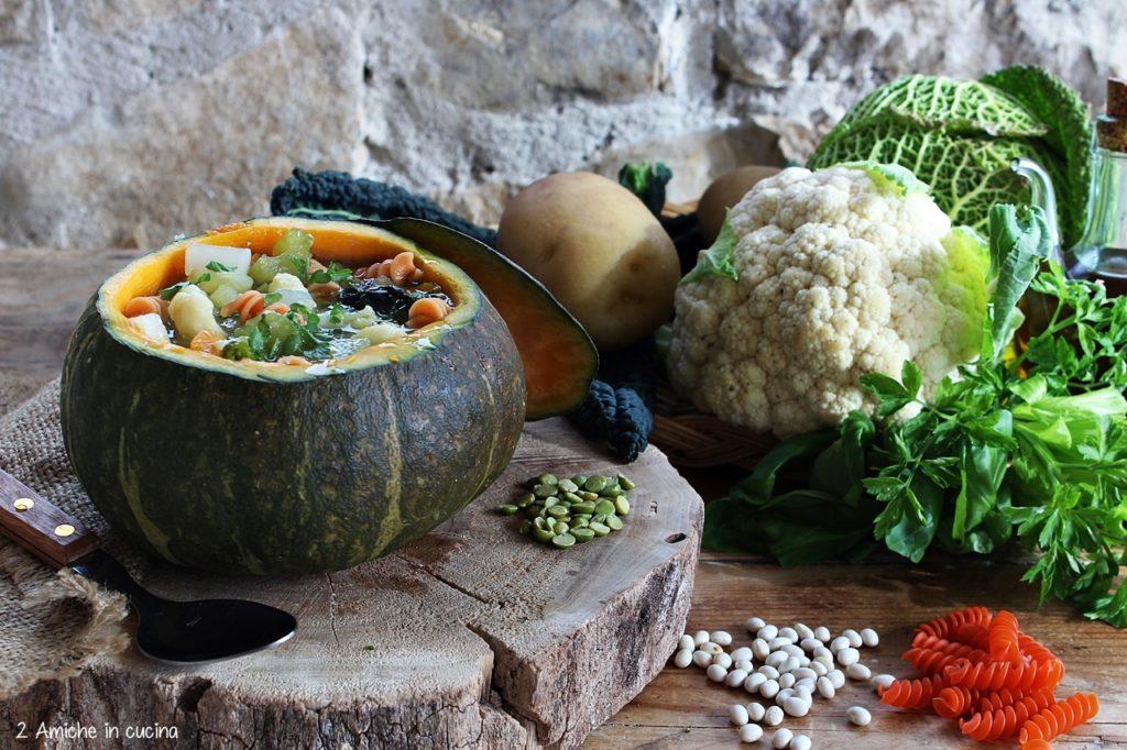 Minestrone di verdure e pasta di legumi servito nella zucca, senza glutine e vegan.