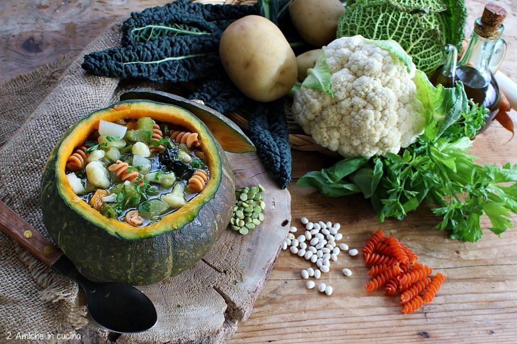 Minestrone di verdure e pasta di legumi servito nella zucca, vegan e senza glutine.