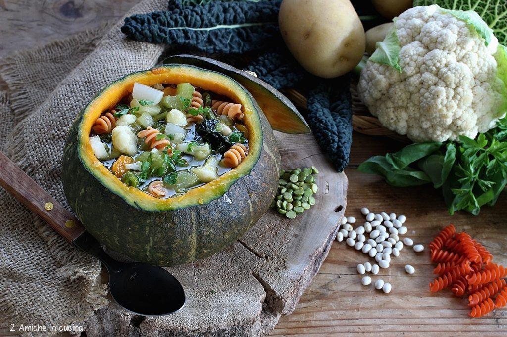 Minestra con verdure d'inverno con e pasta di legumi servito nella zucca, vegan e senza glutine
