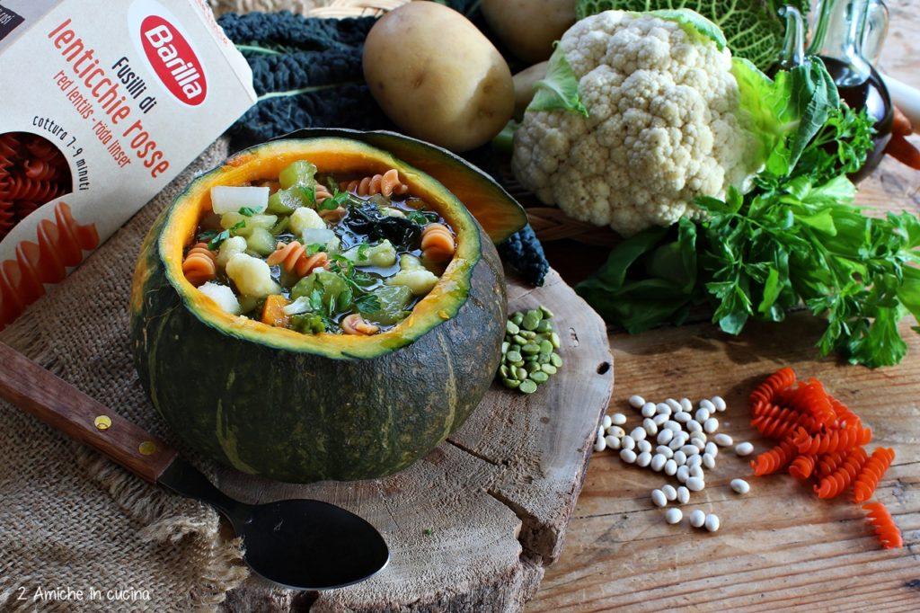 Minestrone di verdure invernali con fusilli di legumi servito nella zucca. Primo piatto vegan e senza glutine.