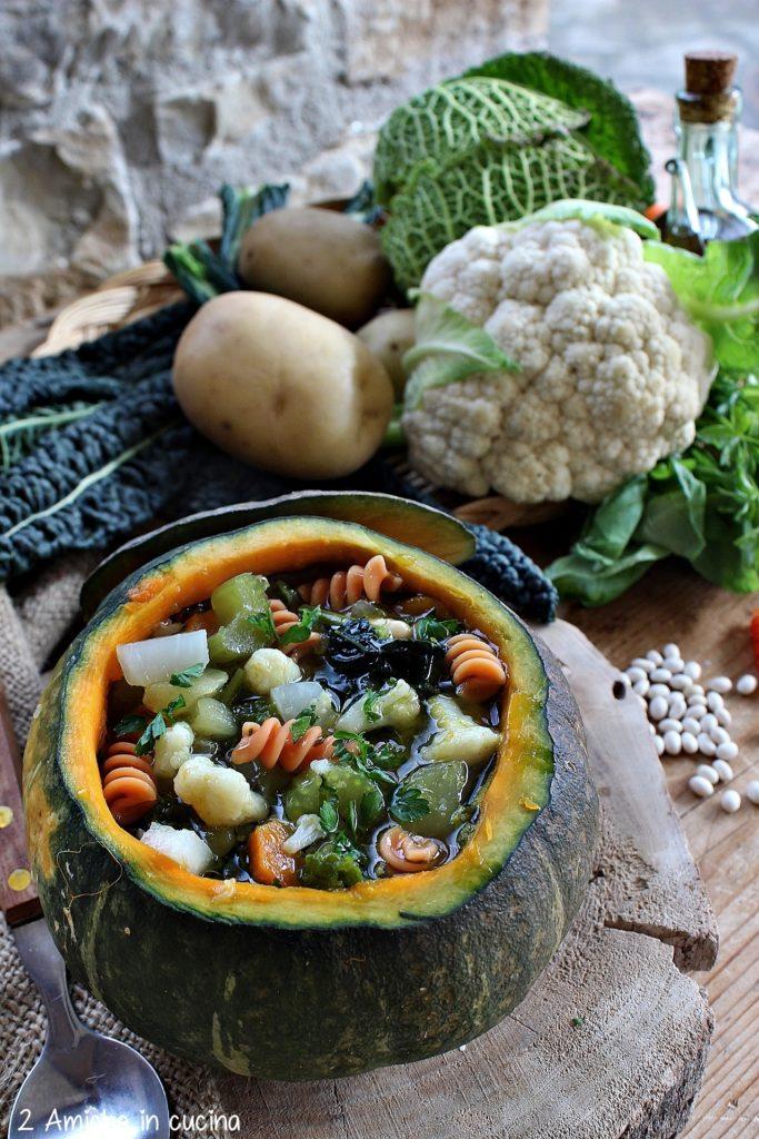 Minestrone di verdure e pasta di legumi servito nella zucca, vegan e senza glutine