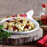 Orecchiette con peperoncini ripieni di tonno, capperi ed erbe aromatiche