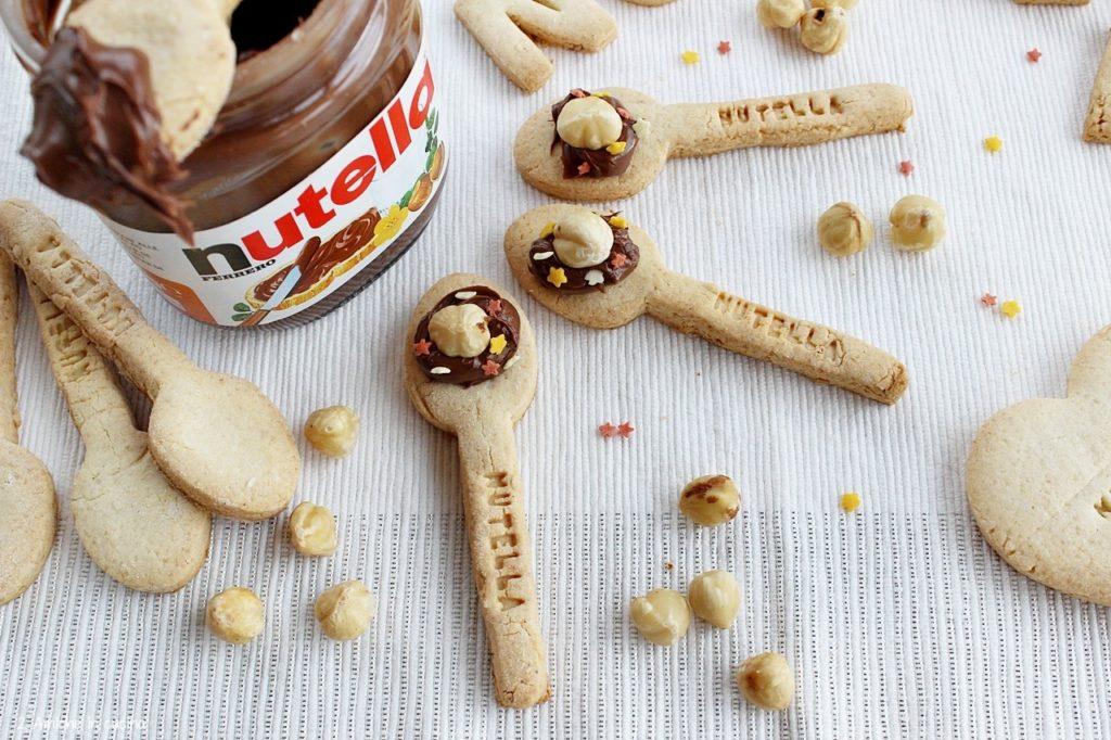 Biscotti alle nocciole senza glutine, a forma di cucchiaino, da mangiare con la Nutella
