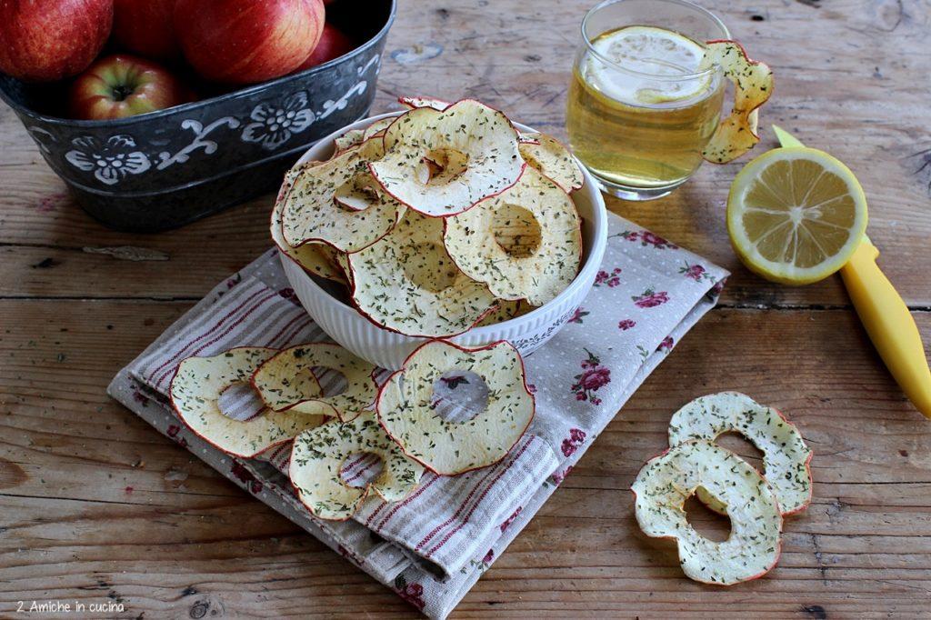 Chips di mela croccanti con limone e erbe