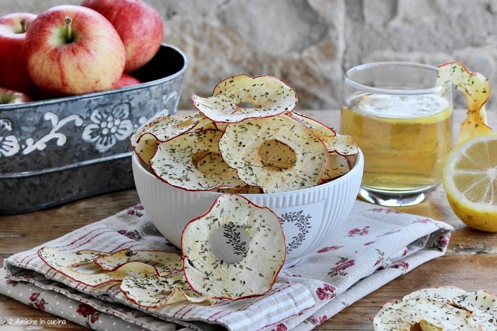 Anelli di mela croccanti aromatizzati alle erbe mediterranee