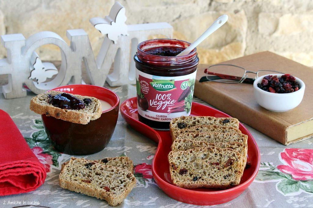 Colazione vegan con pane ai cerali tostato e confettura.