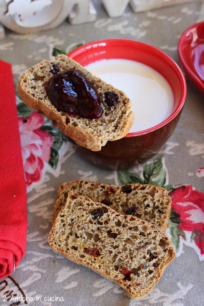Fette di pane tostate con confettura per una colazione vegan.