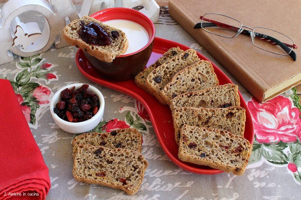 Pane biscottato ai cereali e frutti rossi