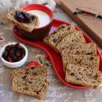 Colazione vegan con fette di pane biscottato e frutti rossi con confettura