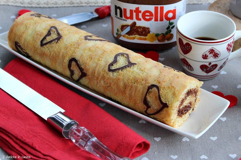 Rotolo alla Nutella, con cuori disegnato con il cacao