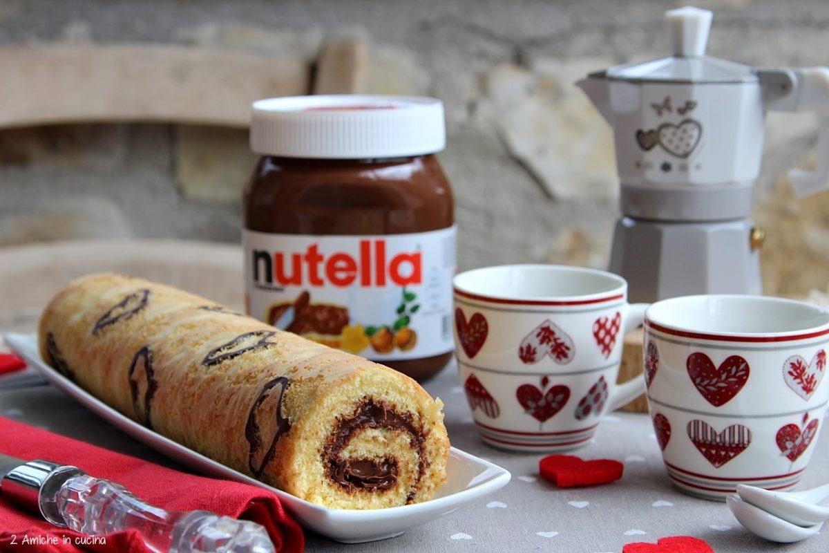Rotolo dolce alla Nutella, con cuori disegnati con il cacao