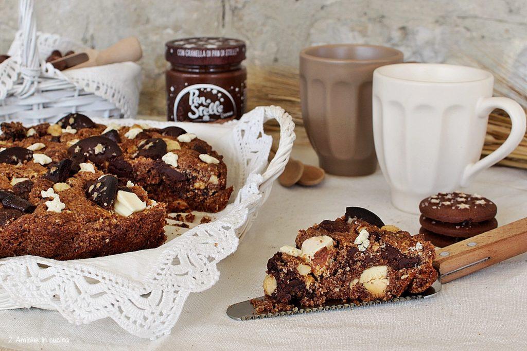 Torta al cioccolato con biscotti, cereali, nocciole e Crema pan di Stelle