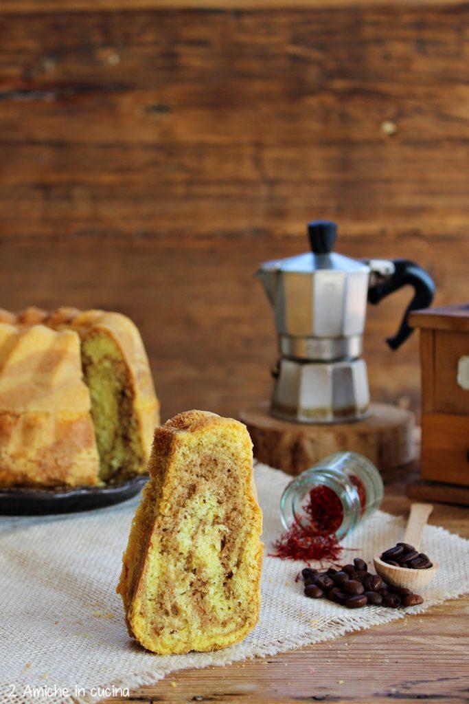 Fetta di torta senza lattosio con zafferano e caffè