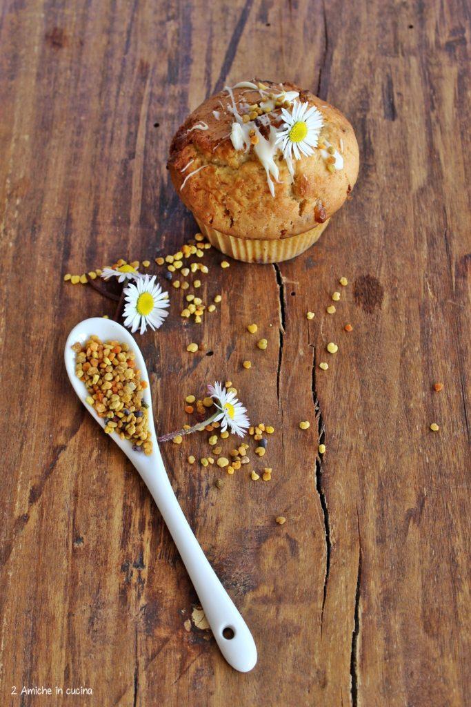 Muffin decorato con polline e fiori