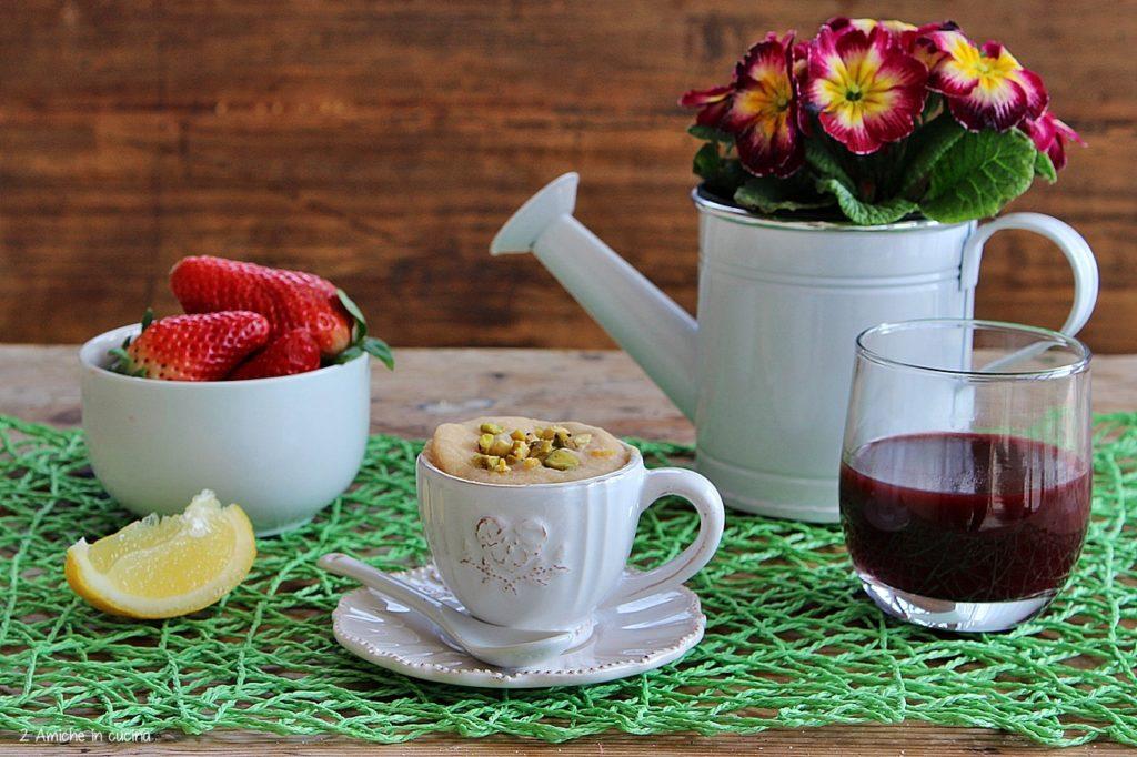 Mug cake al limone con fragole e pistacchi