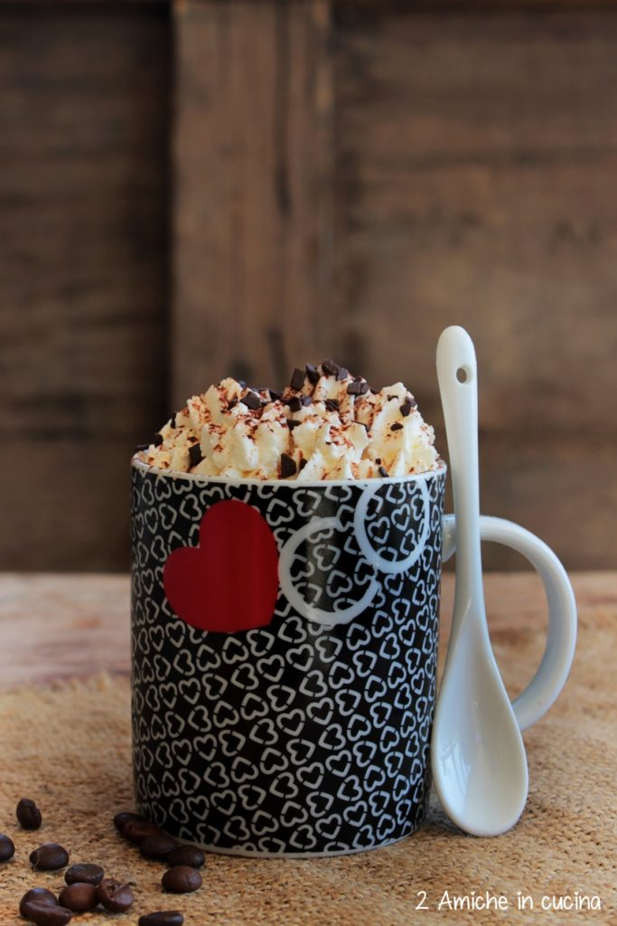 Torta in tazza al caffè con crema la mascarpone e panna
