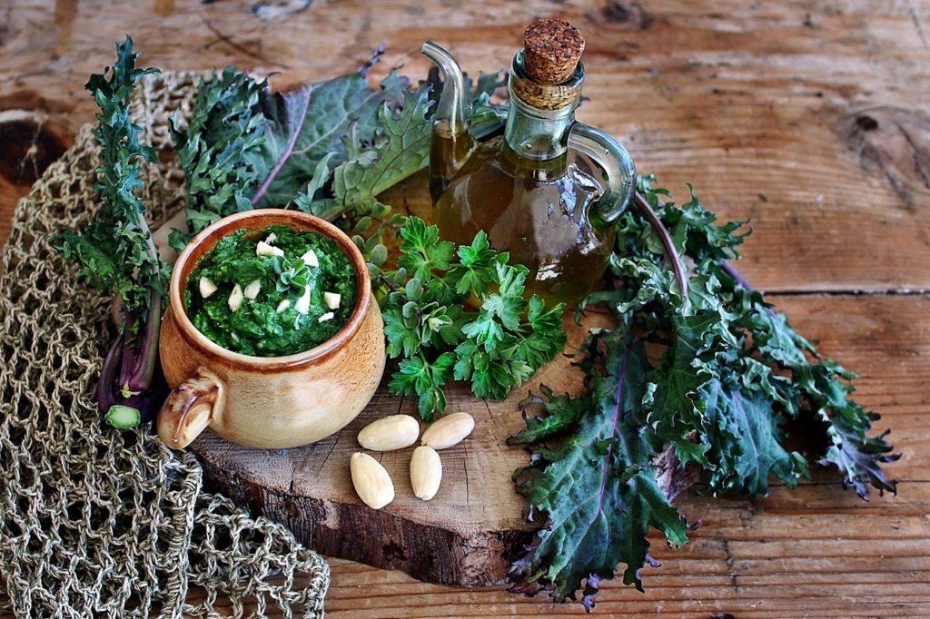 Pesto di cavolo riccio, erbe aromatiche e mandorle
