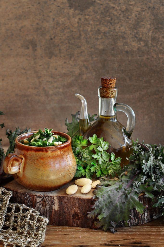 Pesto di cavolo riccio erbe aromatiche e mandorle