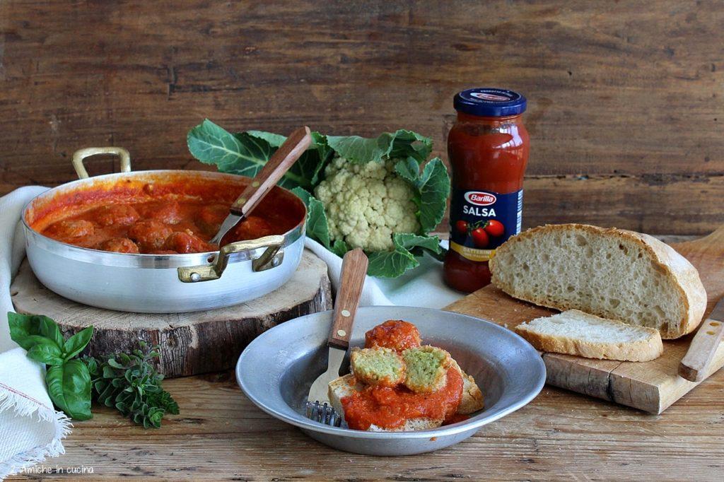 Polpette di pane e cavolfiore al pomodoro con salsa di datterini