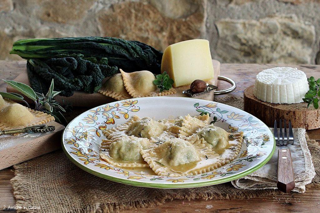 Ravioli fatti in casa con ricotta, cavolo nero e Pecorino Toscano, conditi con burro e erbe aromatiche