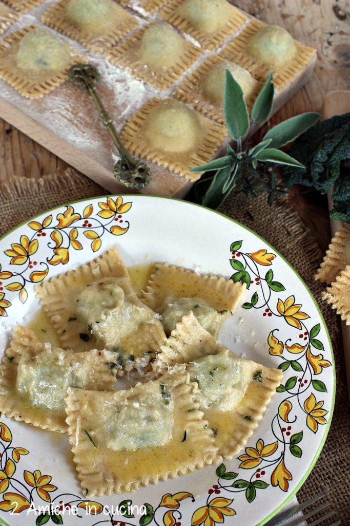 Pasta ripiena fatta in casa con erbe e ricotta