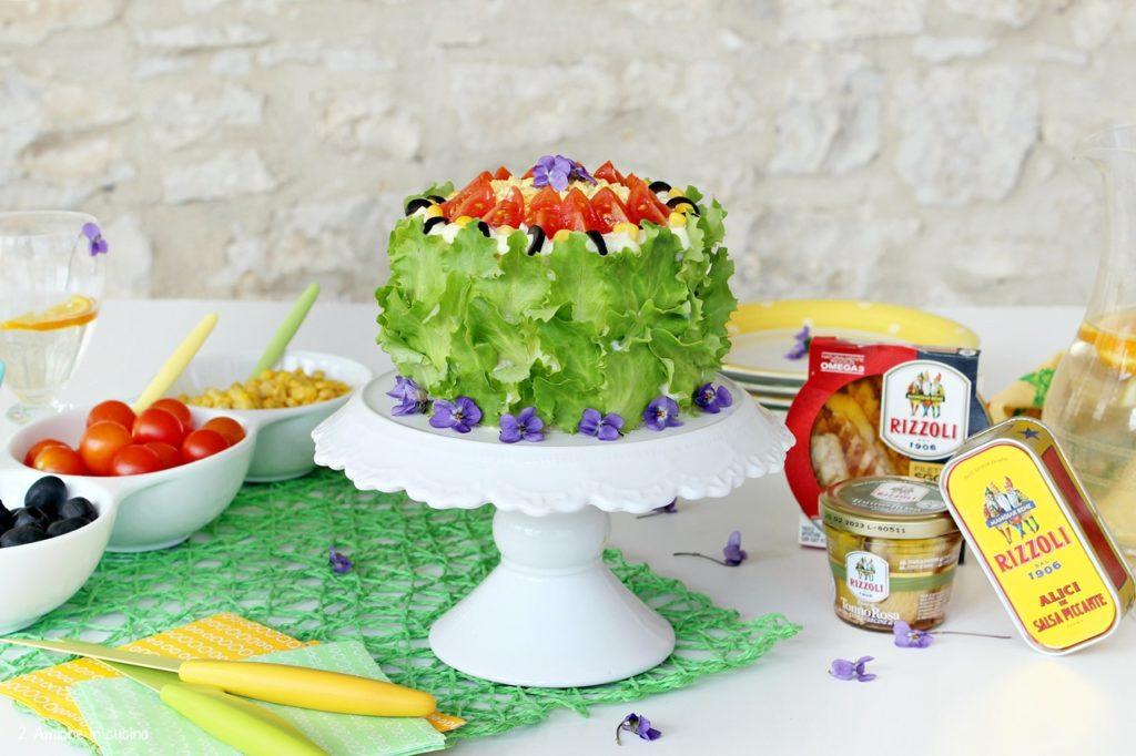 Torta tramezzino decorata con lattughino e uova