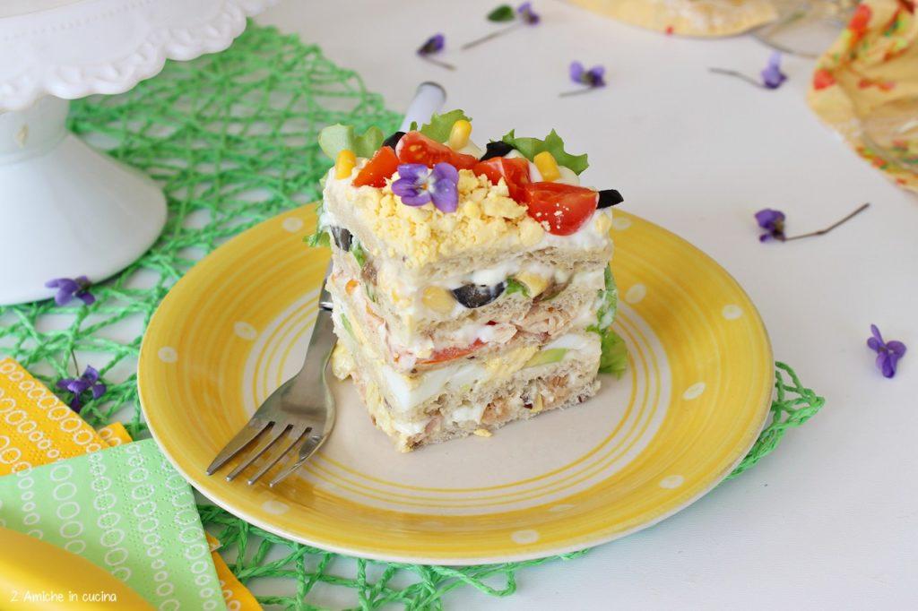 Fetta di sandwich cake o smörgåstårta la torta salata tipica svedese