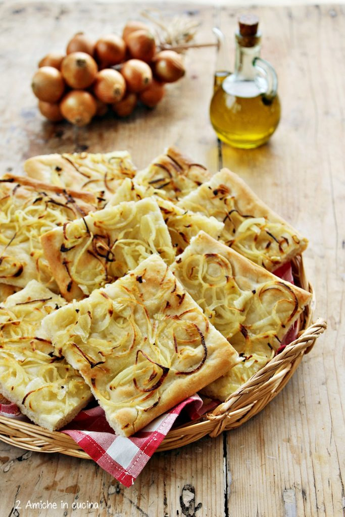 Cestino con schiacciata con la cipolla di Cannara, ricetta tipica umbra