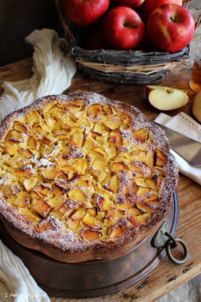 Torta con guscio croccante e farcia morbida alle mele e Calvados