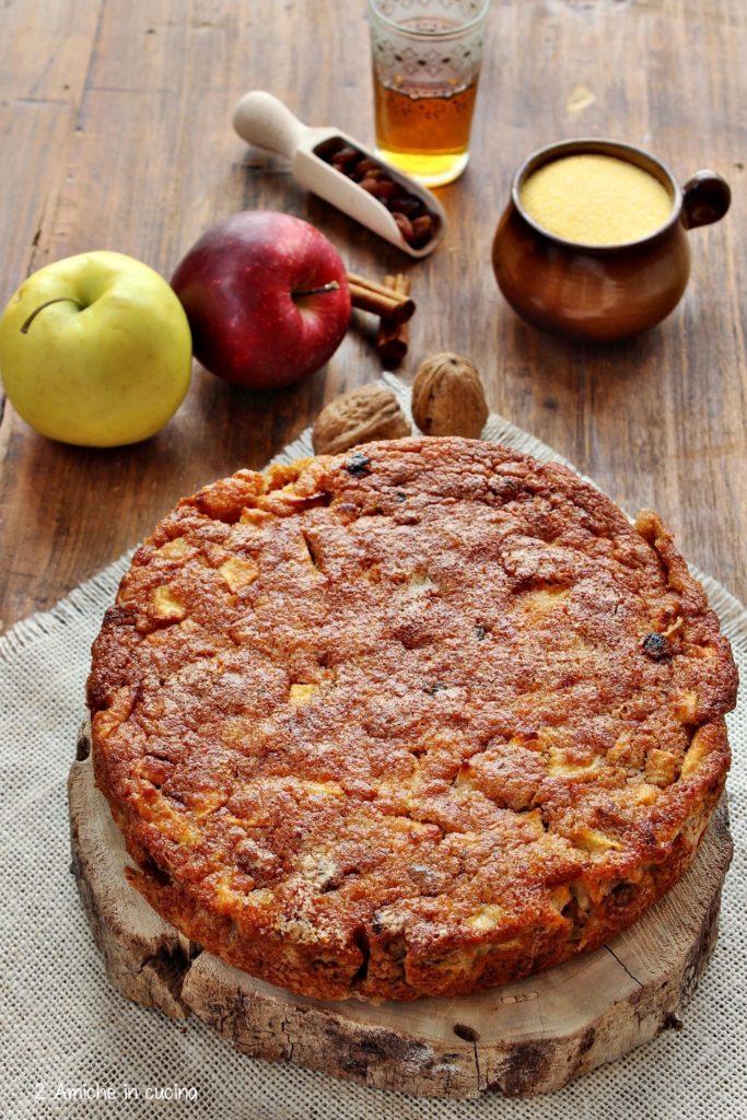 Torta di polenta con mele, uvetta bagnata nel rum e noci
