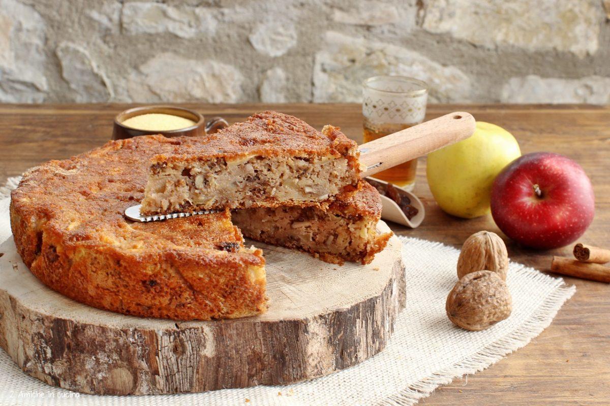 Torta di mele e polenta, con uvetta al rum e noci, dolce senza glutine e senza lattosio