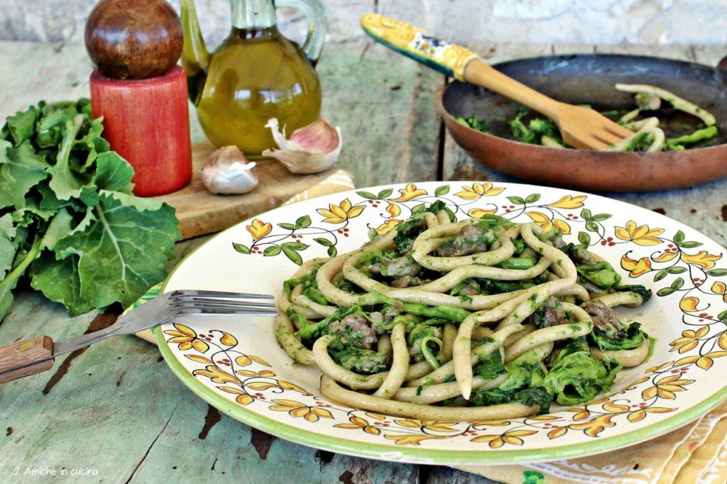 Umbrichelli, pasta fresca fatta in casa con verdura e salsiccia, ricetta umbra