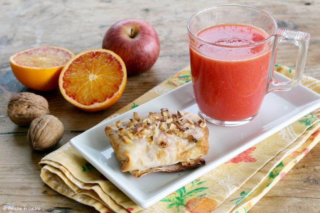 Colazione con saccottino di pasta fillo ripieno di mele all'arancia e cannella e spremuta