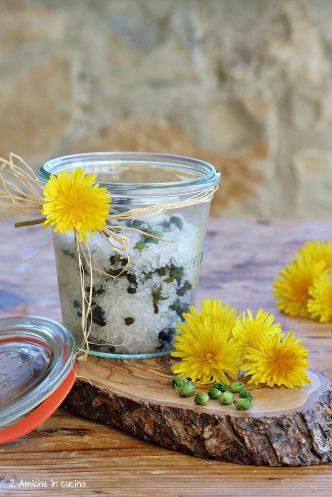 Vasetto di boccioli di tarassaco sotto sale