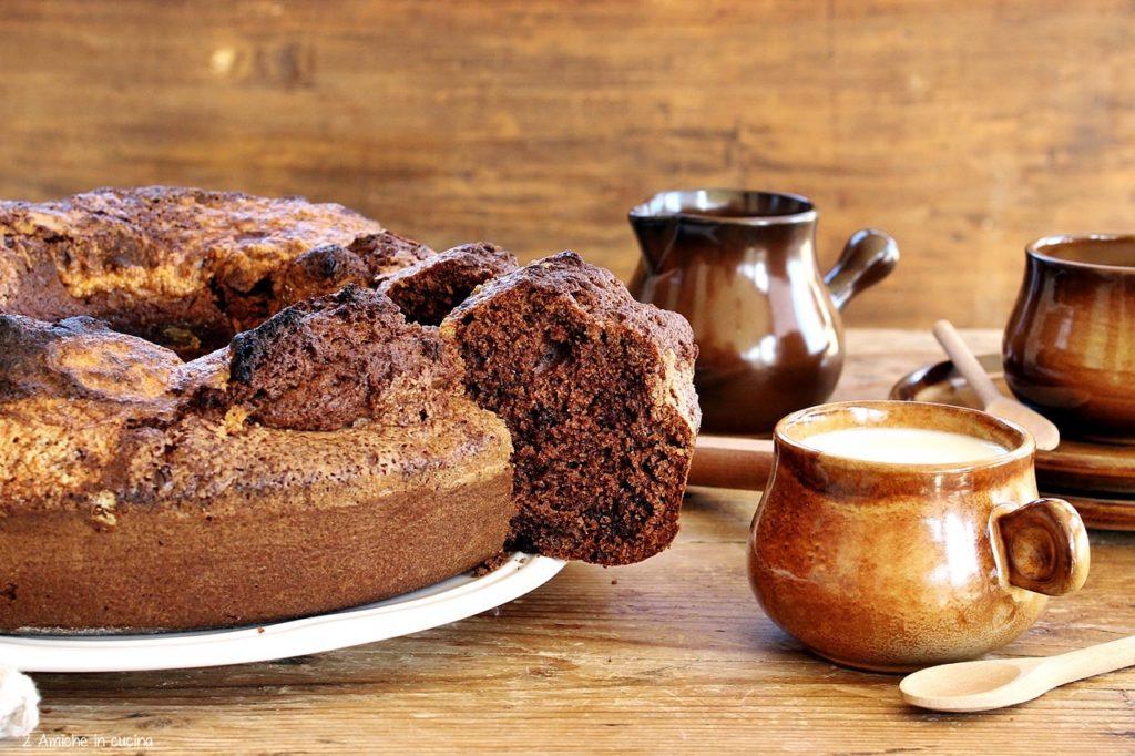 Ciambella sofficissima alla panna e cacao per la colazione