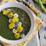 Crema di verdure con erbe spontanee, fiori e semi di sesamo