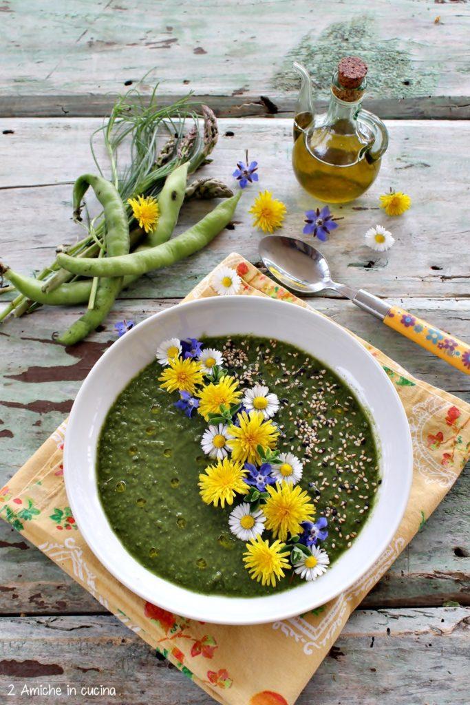 crema di verdure primaverili, con fiori eduli e semi di sesamo