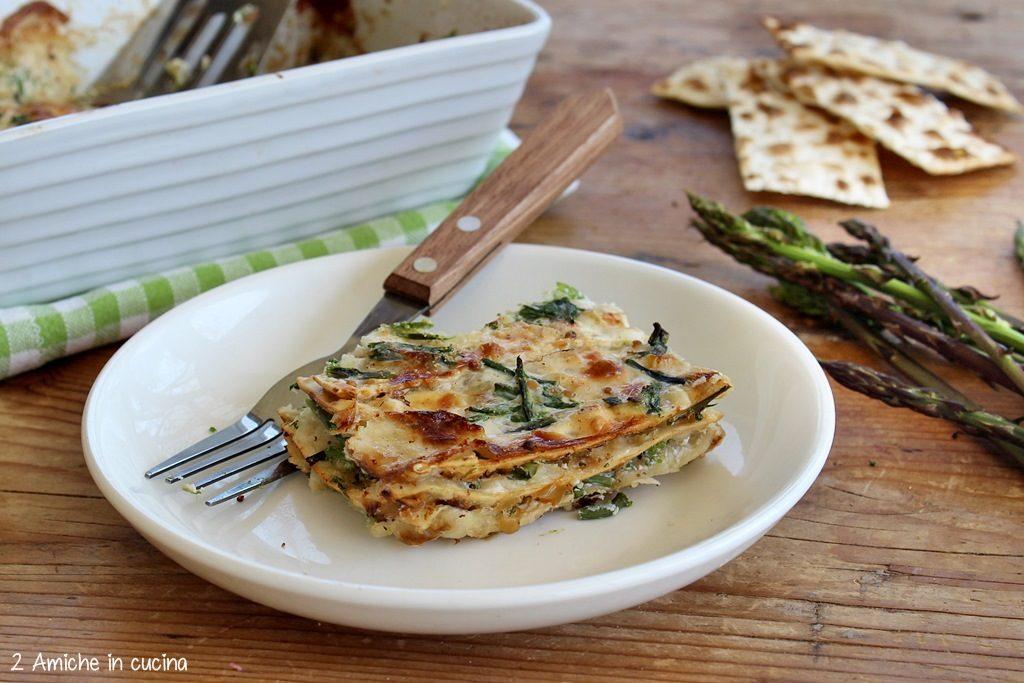 Piatto di lasagne vegan con pane azzimo e asparagi