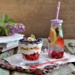 Colazione leggera con yogurt, frutti rossi e grano saraceno