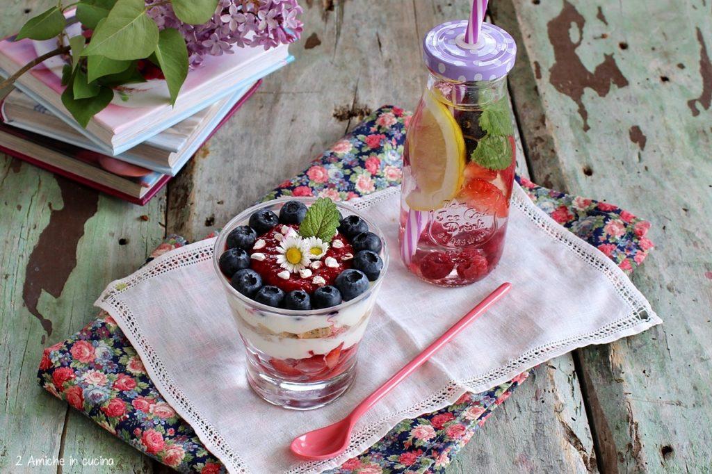 Yogurt greco con frutti rossi e fiocchi di grano saraceno