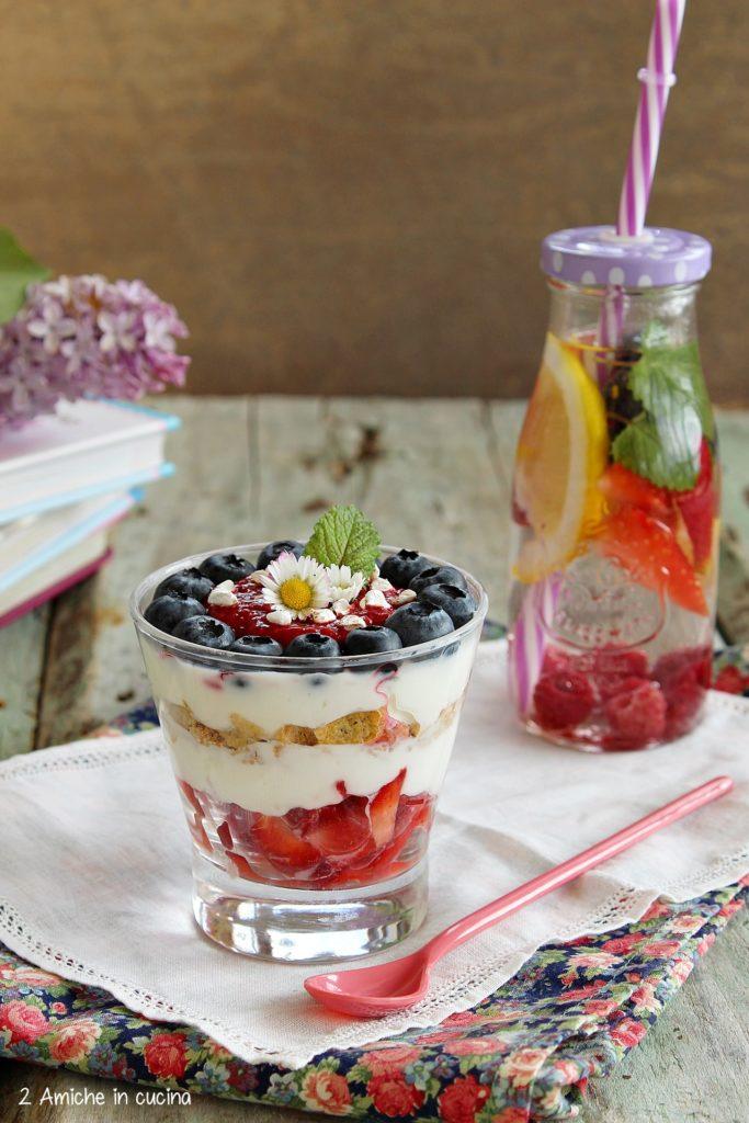 Bicchiere di frutta con yogurt e grano saraceno