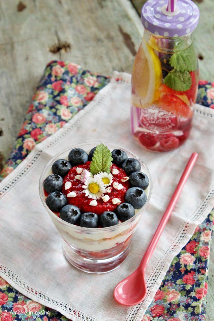 Coppa di yogurt greco con frutta e fiocchi di grano saraceno