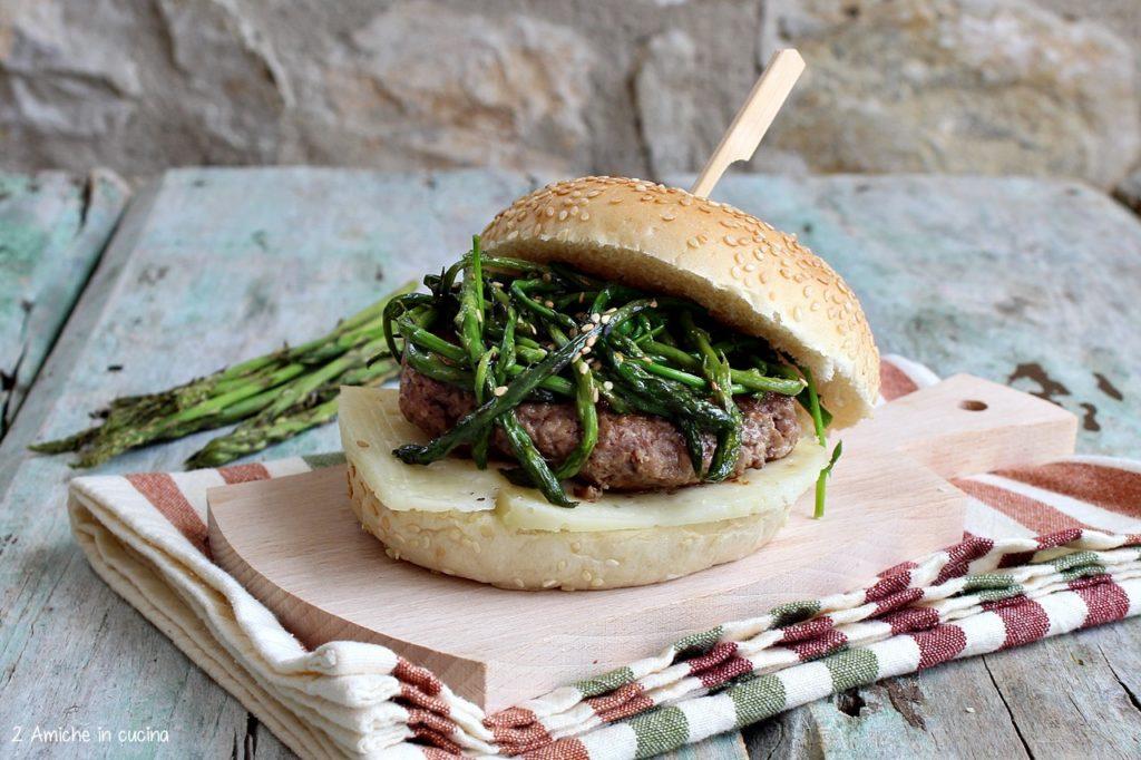Hamburger di chianina alla senape con pecorino e asparagi selvatici